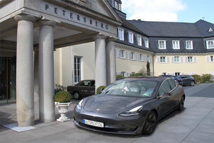 Deutscher Autorechtstag 2020 – Titelbild – Bonn Petersberg – Tesla Model S